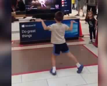 enfant-centre-commercial-danse-show-just-dance-im-an-albatraoz-370x297 (1)