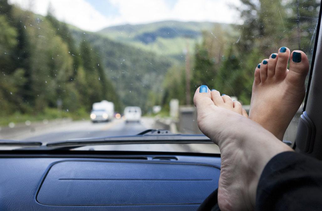 La radio choquante qui montre l'état des hanches d'une femme qui avait ses pieds posés sur le ...